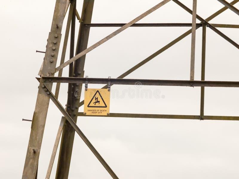 Metal o amarelo bonde de do perigo do perigo do detalhe do sinal da torre do pilão imagens de stock royalty free