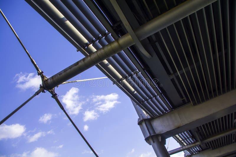 Metal o fundo dos componentes e das nuvens do céu azul e do branco fotos de stock