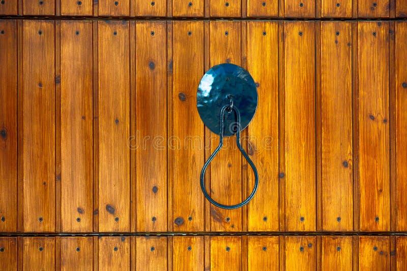 Metal o punho na porta de madeira imagens de stock royalty free