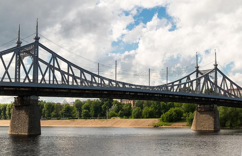 Metal o rio Volga da ponte em um fundo do centro o do Sandy Beach imagem de stock