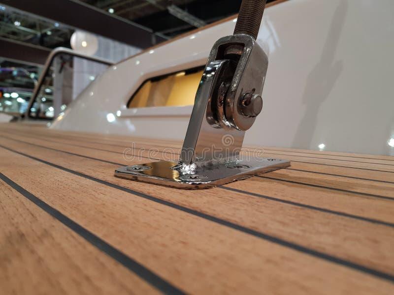Metal o suporte para prender a saia de aço à plataforma do imagem de stock royalty free