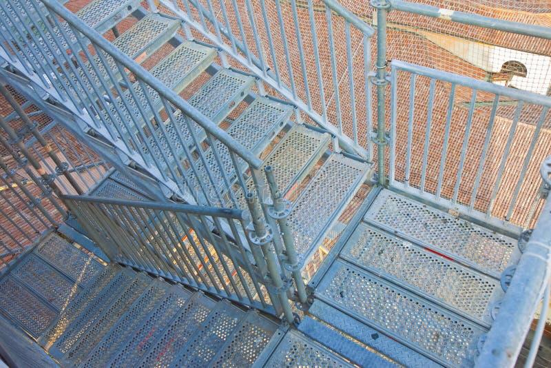 Metal ochrony drabina dla rusztować używać dla przywrócenia budynek fasada obraz royalty free