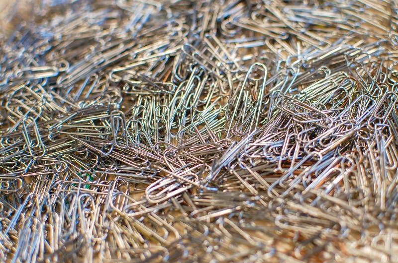 Metal papierowe klamerki w chaotycznym stosie fotografia stock