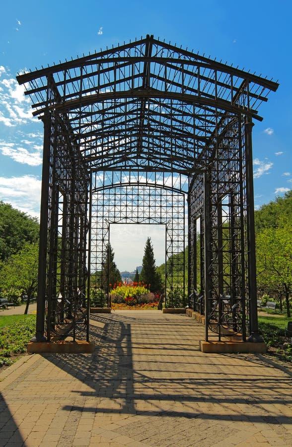 Metal pergola przy wejściem Maggie Daley park w śródmieściu C obrazy royalty free