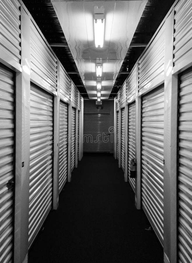 Metal portas da unidade de armazenamento do auto em cada lado de um corredor fotografia de stock royalty free