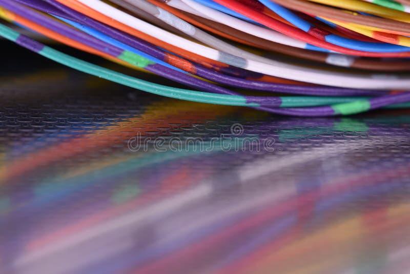 Metal powierzchnia z odbiciem kolorowi elektryczni druty zdjęcia royalty free