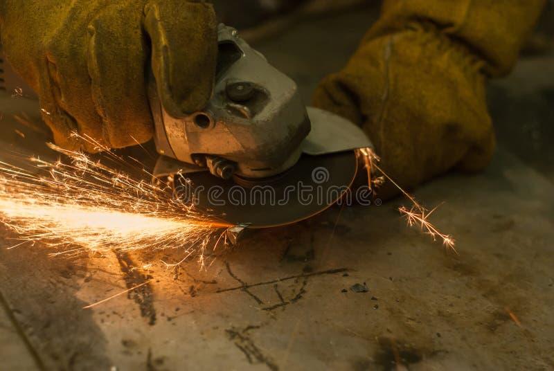Metal praca z ręczną kurendą zobaczył fotografia stock