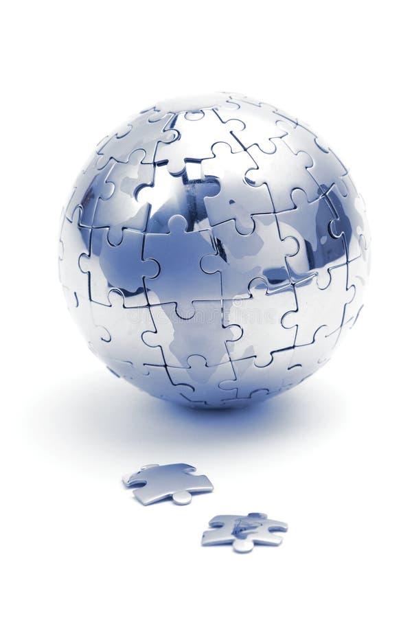 Metal Puzzlespielkugel, Nahaufnahme in der blauen Leuchte stockfotografie