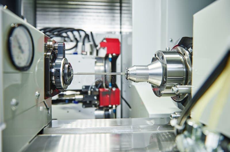 Metal que da vuelta de proceso en la máquina-herramienta imagenes de archivo