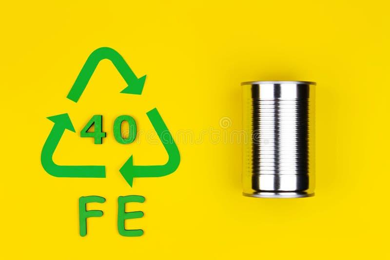 Metal que recicla la muestra con la poder del metal imagen de archivo