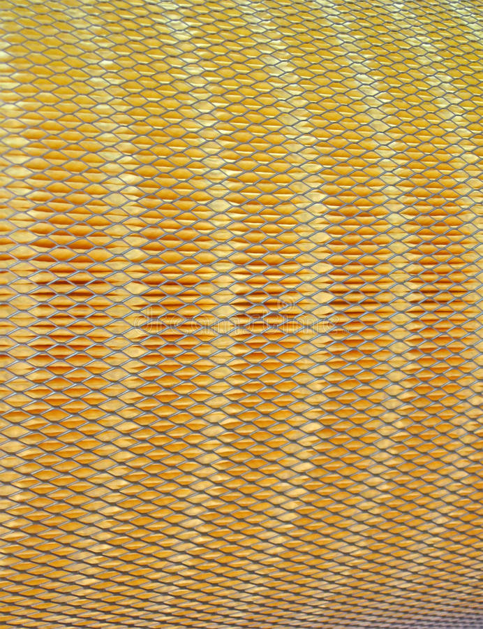 Metal Rasterfeld auf gelber Materialoberfläche, Filter, stockfoto