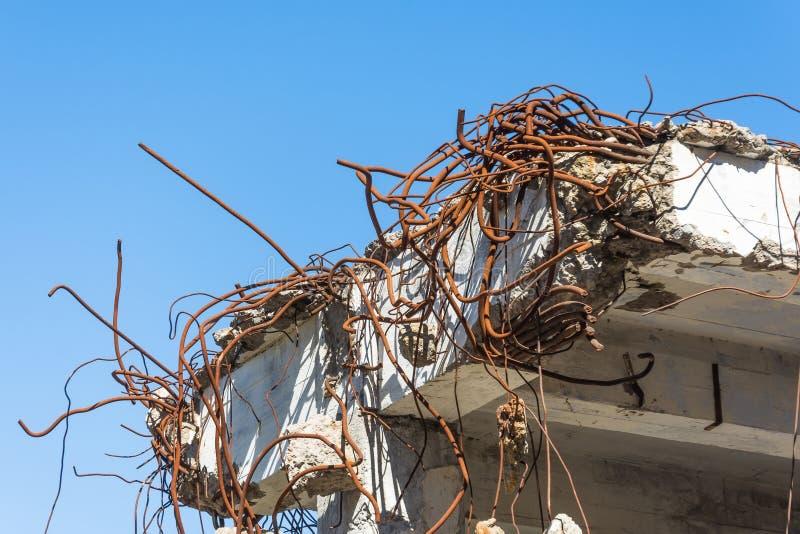 Metal rouillé de fil de garnitures tordu dans le vieux bâtiment de recouvrement photographie stock