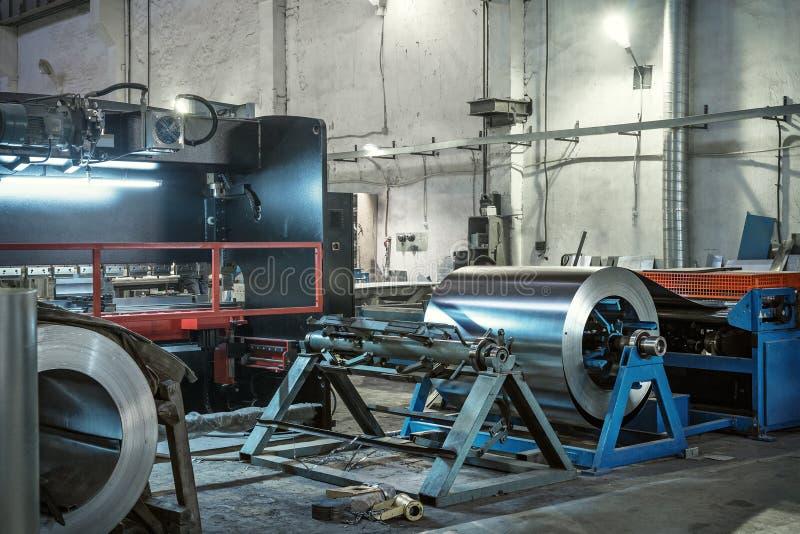 Metal round rolka galwanizujący stali nierdzewnej prześcieradło, przemysłowa metalwork maszynerii produkcja fotografia stock