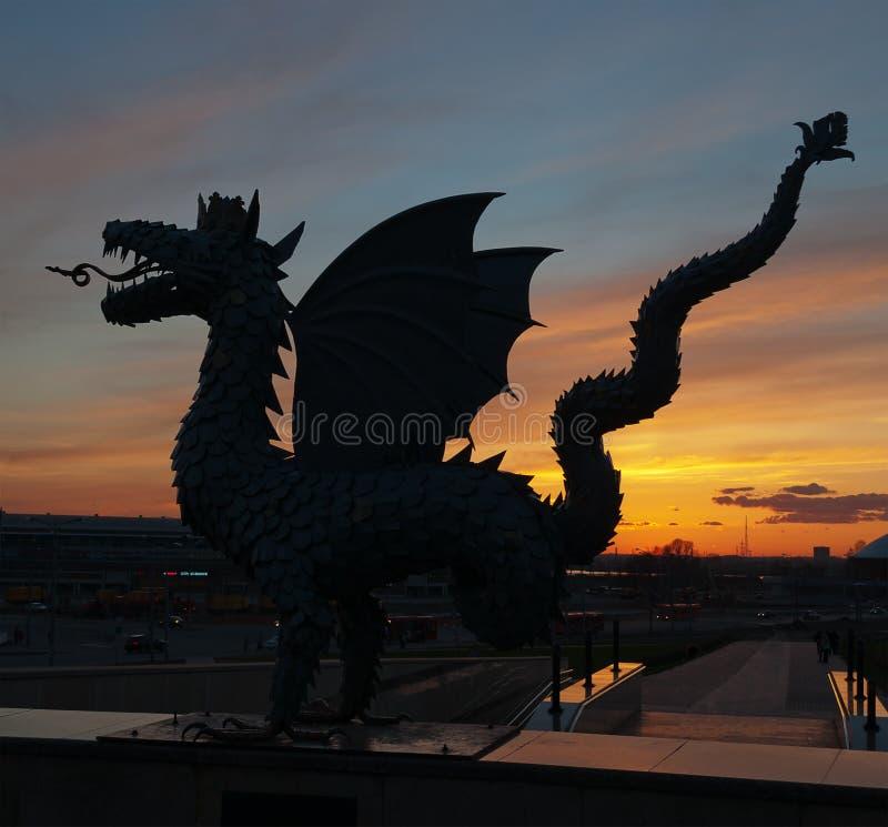 Metal rzeźba Zilant przy zmierzchem. Kazan. Rosja zdjęcie royalty free