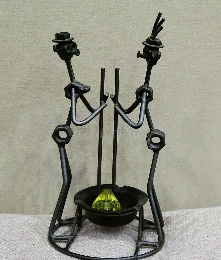 Metal rzeźby pary Postać pary robić z spawającym czarnym metalu drutem fotografia stock