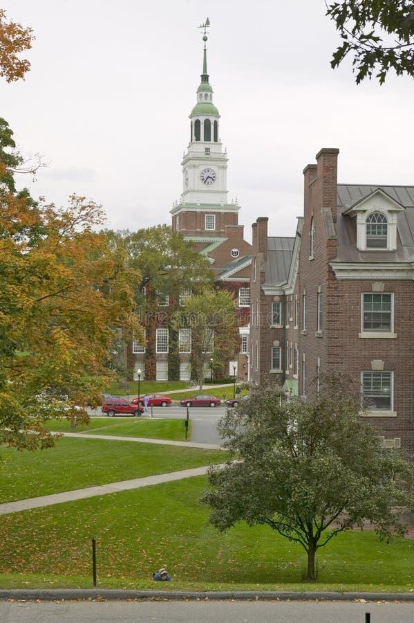 Metal rzeźby stojaki przed piekarzem Górują na kampusie Dartmouth szkoła wyższa w Hanover, New Hampshire zdjęcie royalty free