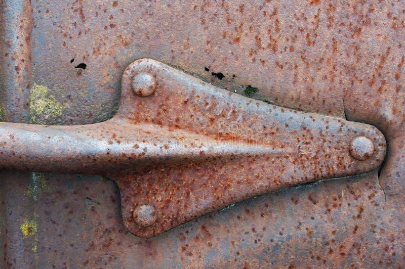 Metal a seta rebitada em uma chapa de aço oxidada fotos de stock
