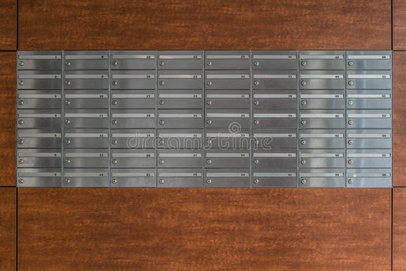 Metal skrzynki pocztowa w blokowym domu zdjęcia stock