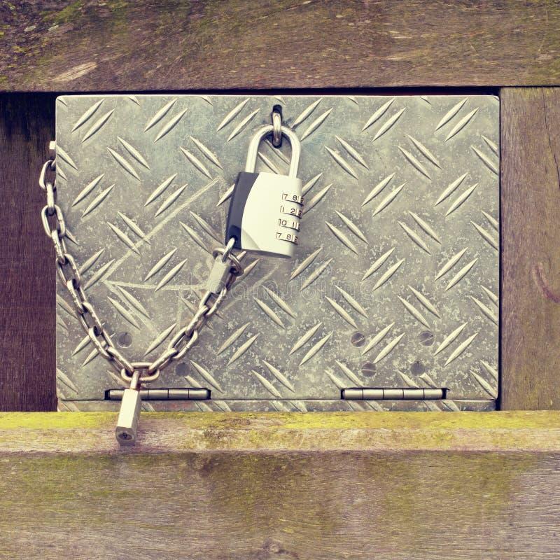 Metal skrzynki przemysłowy pudełko z zamkniętym z łańcuchu i chromu liczby kędziorkiem zdjęcie stock