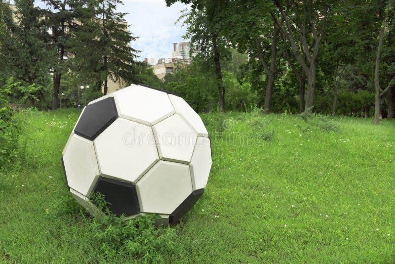 Metal stylizował piłki nożnej piłkę na zielonym gazonie obraz royalty free