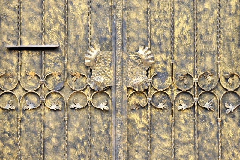 Metal täcker dörren i målning