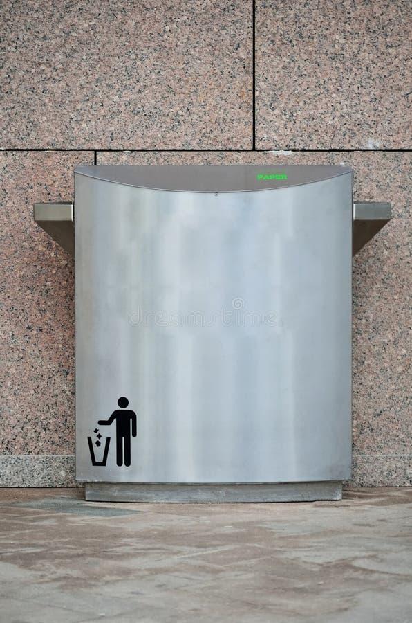 Download Metal trashcan en parque foto de archivo. Imagen de objeto - 41911874