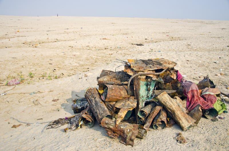 Metal Kram auf der Ganges-Küstensand, Indien stockfoto