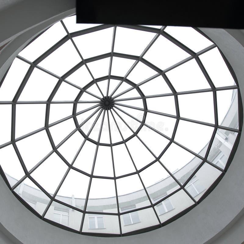Metal y detalles de cristal del interior de un edificio de oficinas moderno Fondo del asunto fotografía de archivo libre de regalías