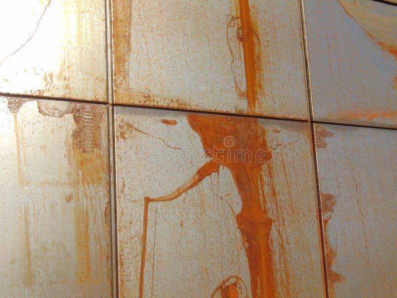 Metalen panelen maken roestachtige wand stock foto