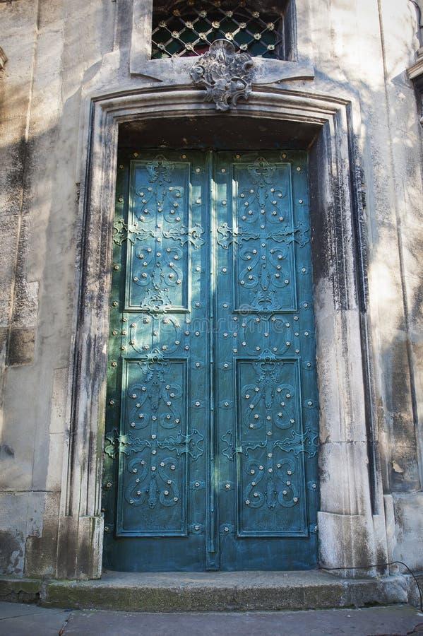 Metali błękitni drzwi w Lviv obraz stock