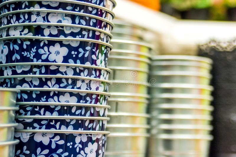 Metali flowerpots w kwiaciarnia sklepie zdjęcia stock