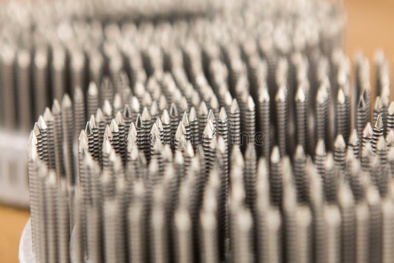Metali gwoździe na plastikowej rolce dla pneumatycznego gwoździarza pistoletu fotografia stock