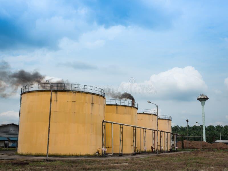 Metali nafciani zbiorniki w olej palmowy rafinerii roślinie obrazy royalty free