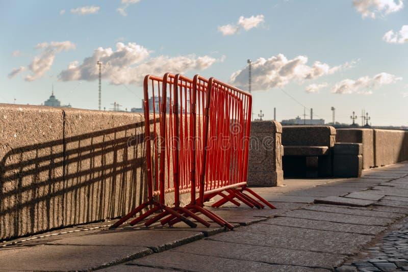 Metali ogrodzenia Barwiony metal ram stojak na granitowym bulwarze zdjęcia stock