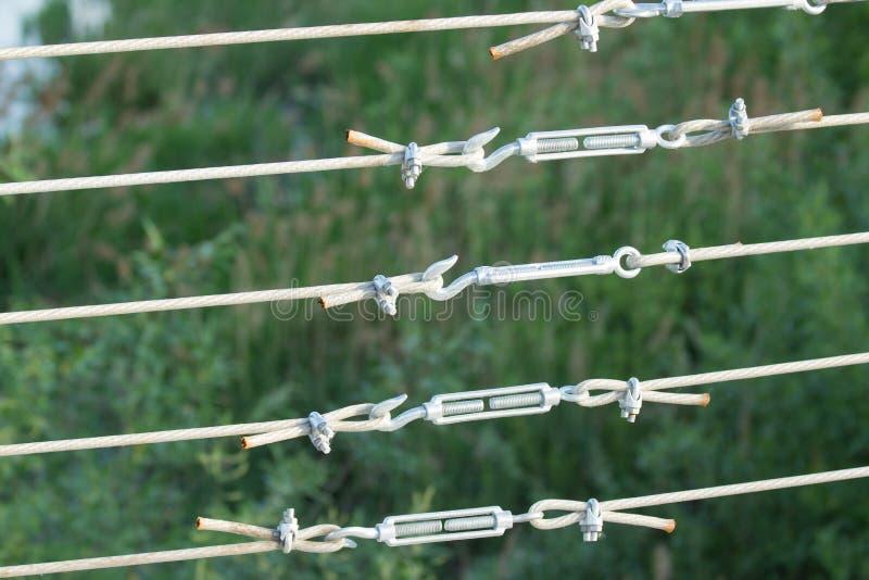 Metali turnbuckles przymocowywa? kabeltaw z stalowym pr?ciem zdjęcia stock