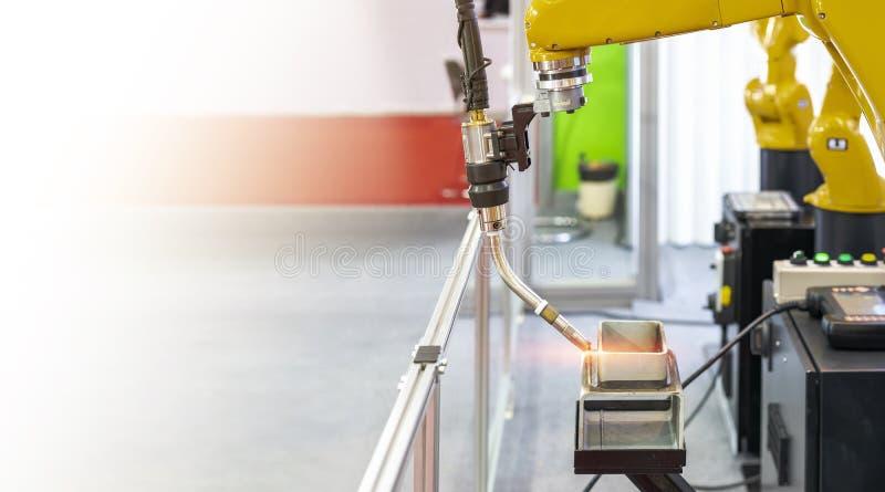 Metali workpieces przygotowywają lub położenie na stole i pochodni elektryczny mig z robot ręką dla automatycznego spawu procesu  obraz stock