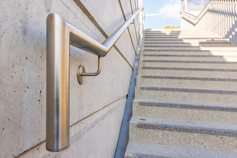 Metall-Chromstahl-Handlauf-allgemeine Treppenhaus-Sicherheits-Schritte lizenzfreie stockbilder