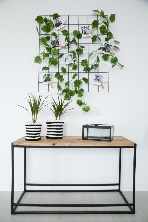 Metall förtjänar med växten och bilder arkivfoton