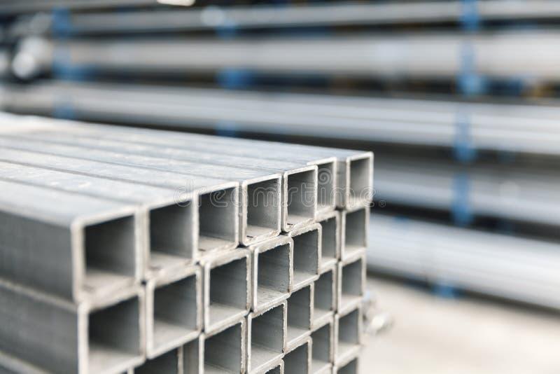 Metall-inox Rohr auf Stapel stockbilder