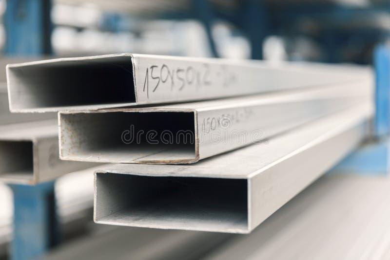 Metall-inox Rohr auf Stapel stockfotos