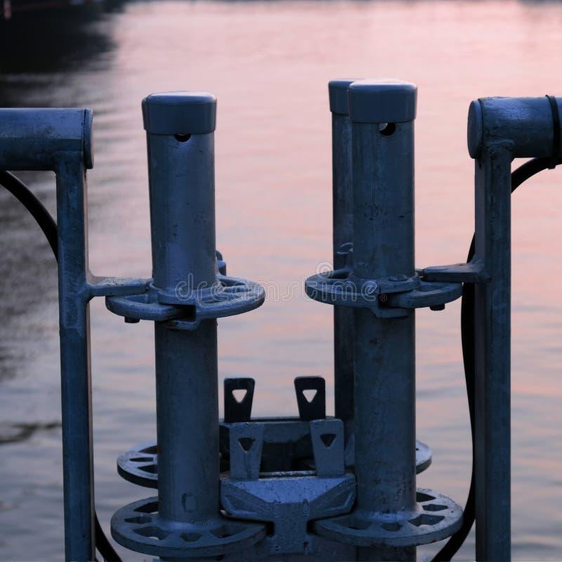 Metall konstruktion på banken av floden royaltyfria foton