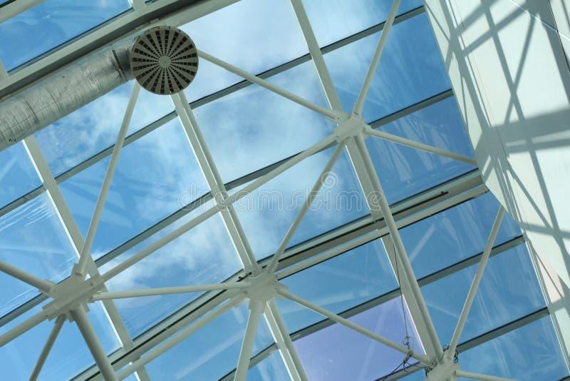 Metall- och exponeringsglaskonstruktion - arkitektur och design i en köpcentrum fotografering för bildbyråer