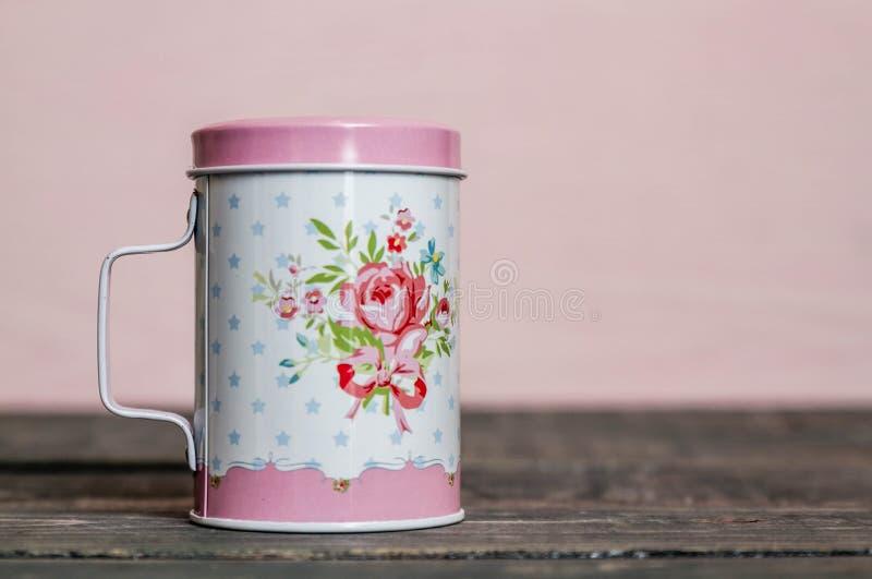 Metall pulverisierter Sugar Shaker mit Blumenmuster lizenzfreie stockfotos