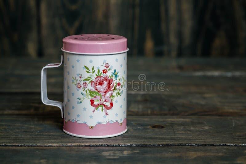 Metall pulverisierter Sugar Shaker mit Blumenmuster lizenzfreie stockbilder