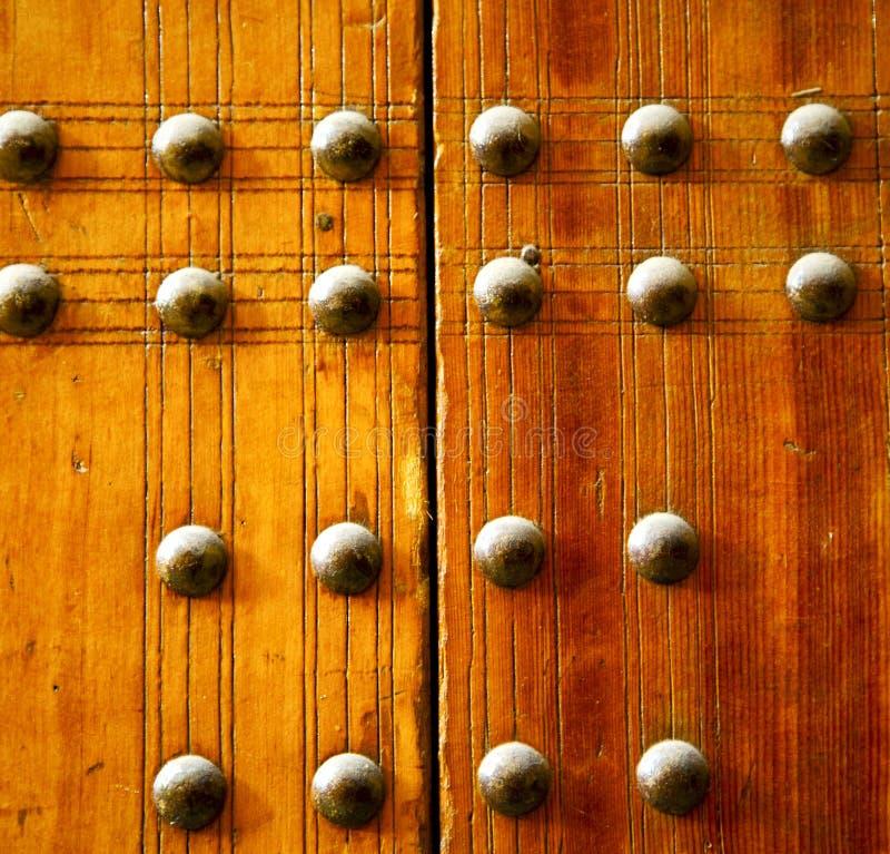 metall spikar smutsig avriven målarfärg i den bruna röda wood dörren och arkivfoton