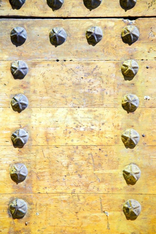 metall spikar smutsig målarfärg i den bruna rostiga gulingen royaltyfria bilder