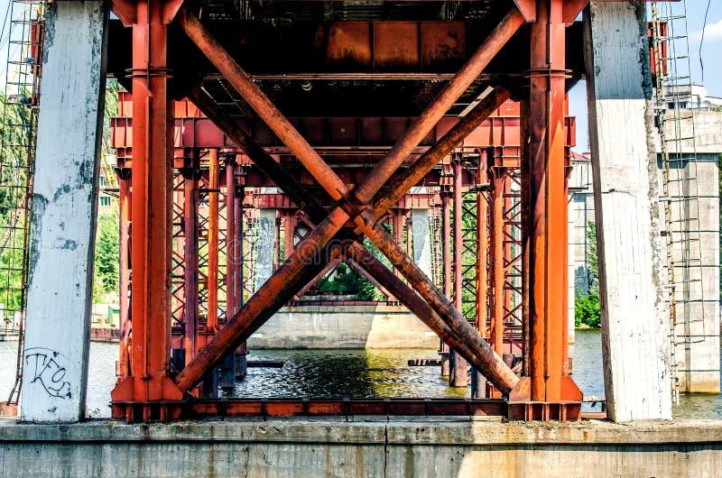 Metall und alte konkrete Unterstützungen der Fischenbrücke über dem Fluss Dnieper Kiew, Ukraine stockfotos