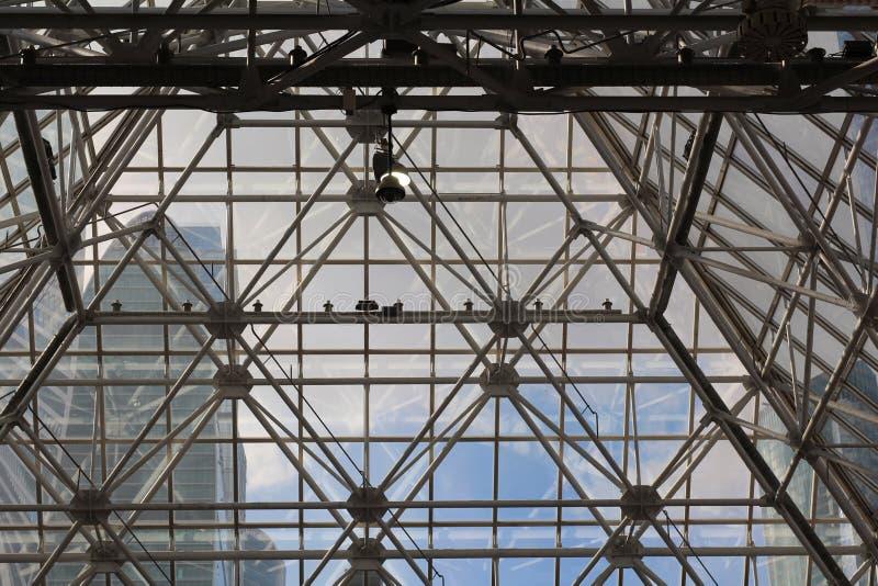 Metall- und Glasbau - Architektur und Entwurf in einem Einkaufszentrum lizenzfreie stockfotografie