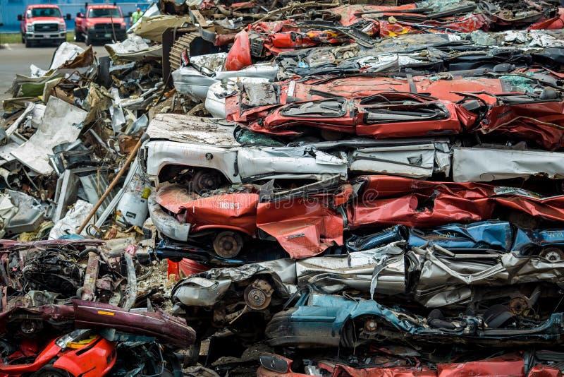 Metallabfall-Yard zerquetschte Autos lizenzfreies stockfoto