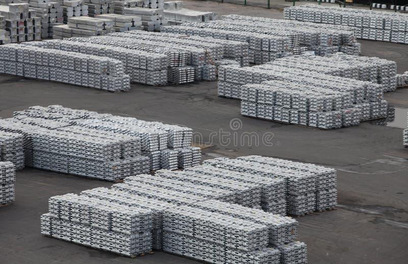 Metallaluminium och titan i tackor royaltyfria foton